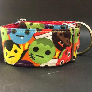 Collar Martingale con estampado emoticonos